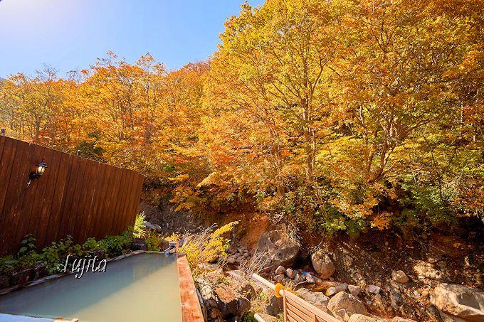 対岸の紅葉を望む!檜の露天風呂