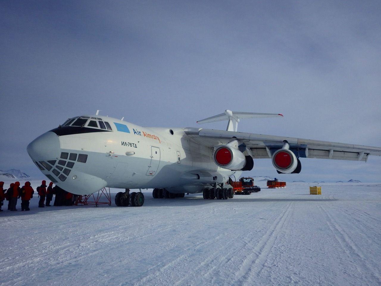 大陸内部にはロシアの輸送機で直行!