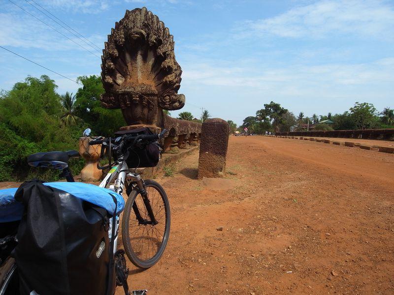 カンボジアの通な楽しみ方!クメール王朝時代の道をサイクリングしよう!