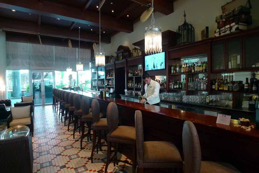 ラッフルズならではのカクテルで乾杯!