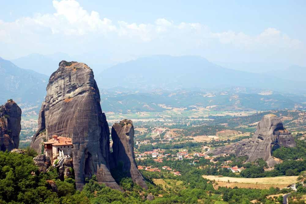 神々が宿る天空の砦。奇岩が連なるギリシャのメテオラへ