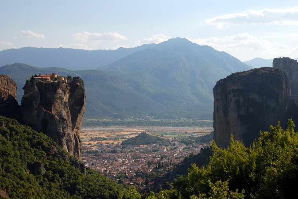 なぜこのような岩の頂上に修道院が?