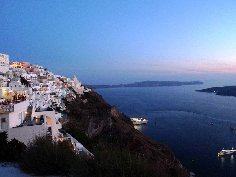 エーゲ海に浮かぶ、サントリーニ島へ。断崖絶壁には洞窟ホテルも!