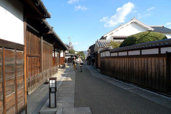 日本の道百選にも選ばれた、石畳の通りへ