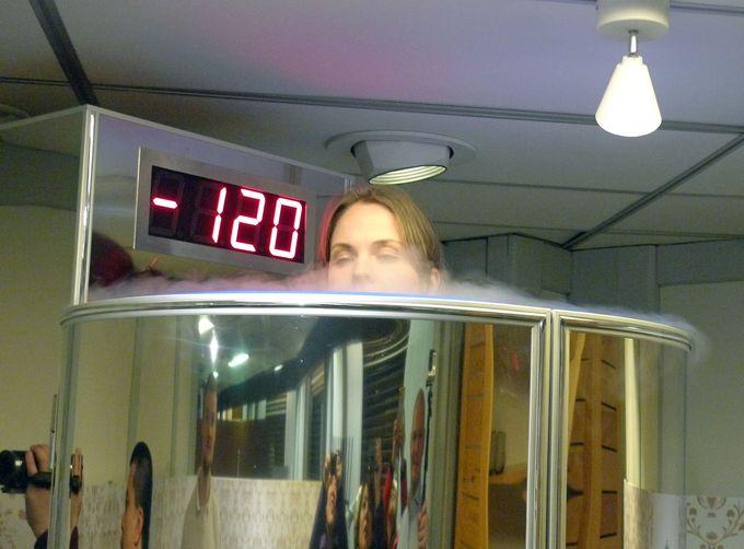 −110℃以下のミストの中で待つこと約3分!