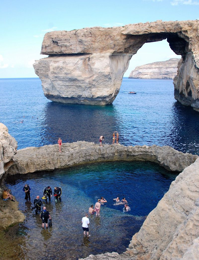 アンジー主演・監督の映画『白い帽子の女』の舞台、ゴゾ島へ。ハチミツ色の断崖に紺碧の海が映える小さな島