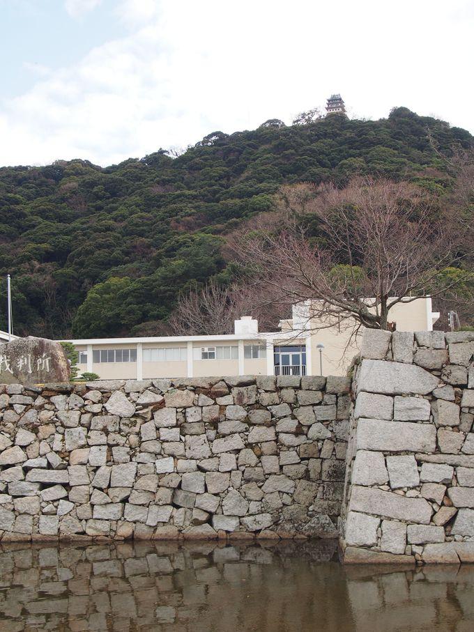 平野の居館と山上の天守の2部構成