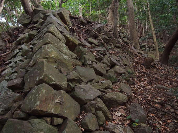 序幕は麓から連なる「西登り石垣」