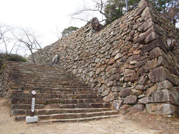 本丸へのエントランスは威風堂々たる大階段「本丸虎口石段」