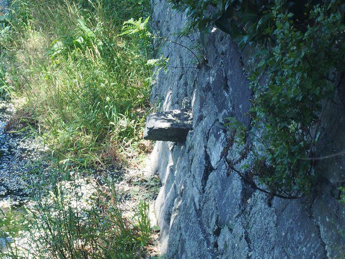 全国的にも貴重な折れ曲がり塀の遺構「舌石」