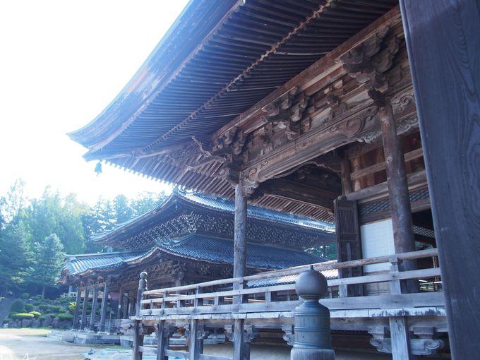 建築美、龍・鳳凰の彫刻が魅せる「本堂」