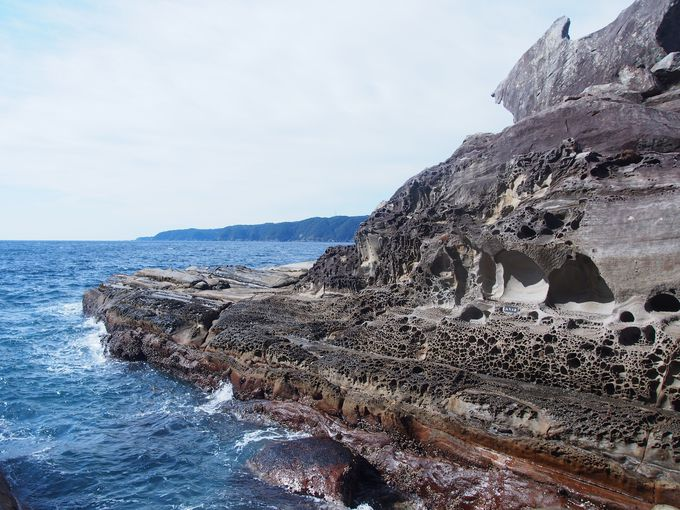 戦艦のように突き出た巨岩