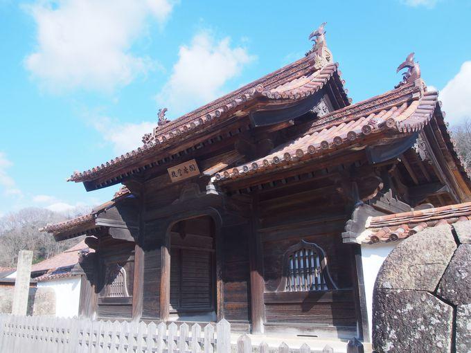 華やかな中国風の正門「鶴鳴門」