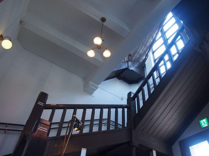 白い空間に黒塗りの階段が続く塔屋