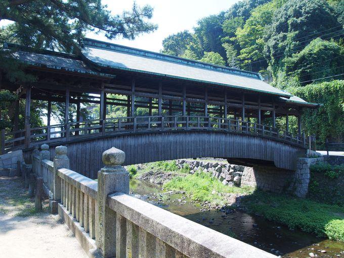 珍しい屋根付き木造反橋「鞘橋」