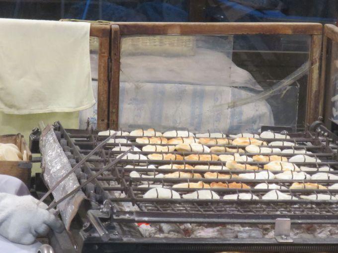創業大正3年の老舗!店内で職人が一枚一枚焼き上げる『入山煎餅』