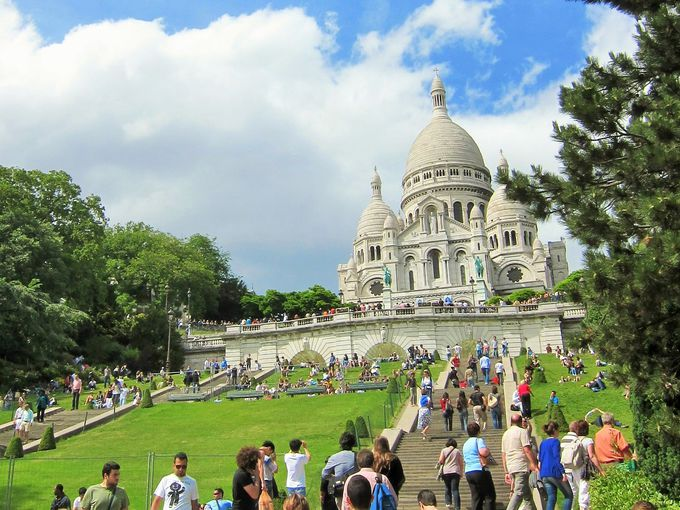 青空に映える美しい白亜の「サクレクール寺院」
