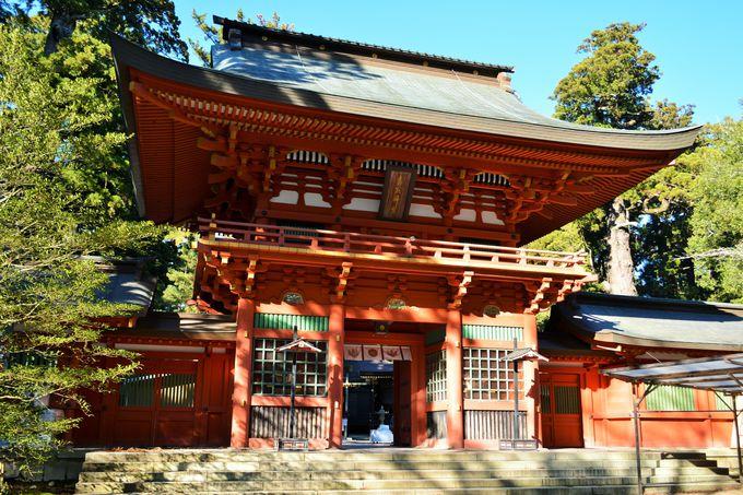 朱色の楼門は香取神宮のシンボル