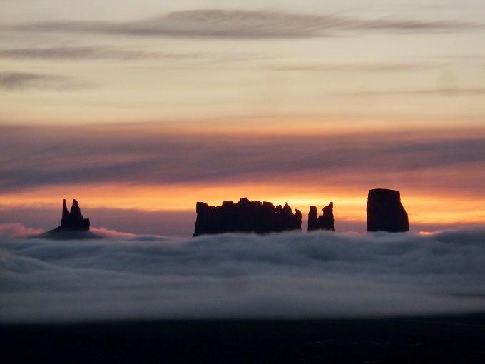 聖なる砂の塔・米モニュメントバレー「ゴールディングスロッジ」からながめる幻想的な朝陽