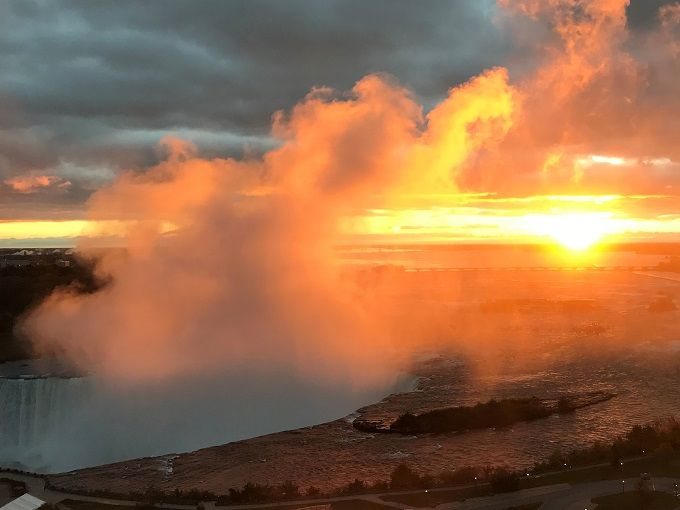 空からナイアガラの滝!「ラディソン・ホテル&スイーツ」で朝焼けのカナダ滝に感動!