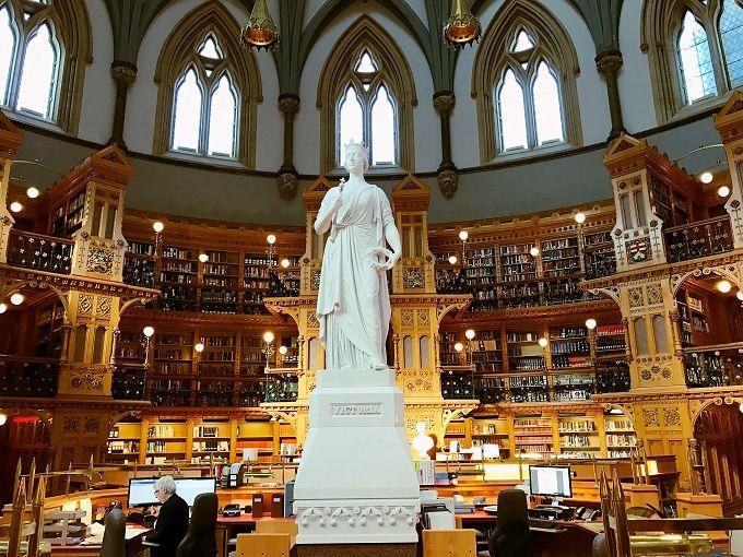19世紀が甦るネオゴシック様式の円形図書館
