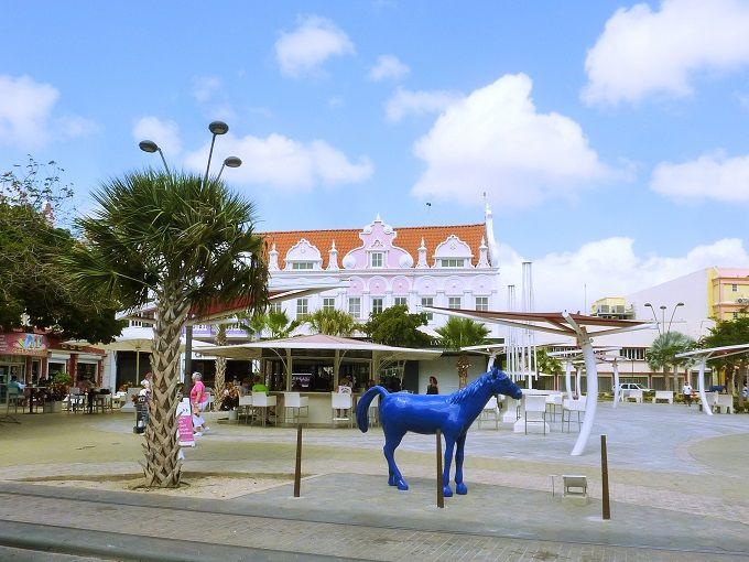 キャンディーカラーの島「アルバ」にいる青い馬とは?