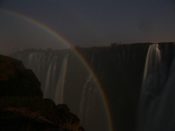 幻想的!満月と滝が作りだす真夜中の虹「ルナレインボー」