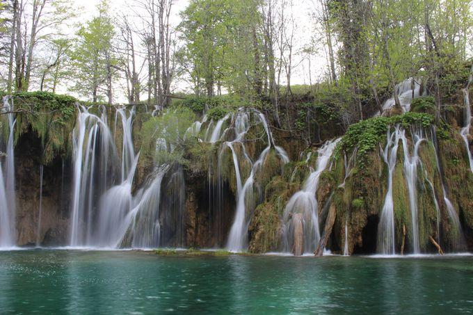 水のベールをまとう上湖群の美しい滝