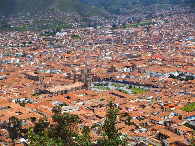 赤い屋根が美しいクスコの町並み