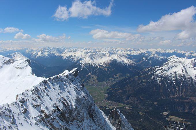 ドイツ最高峰の展望台から見下ろす雪山の絶景