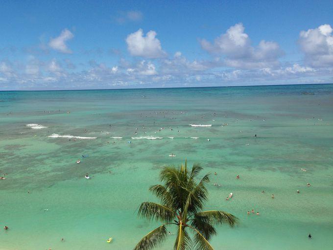 目の前は、輝くようなエメラルドグリーンのワイキキビーチ!