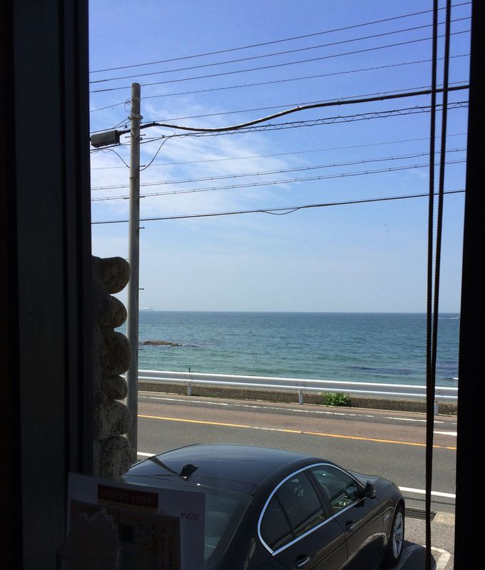 海を眺めるカフェでほっと一息