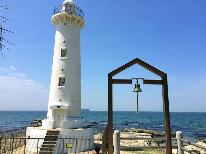 青と白のコントラストが美しい野間灯台