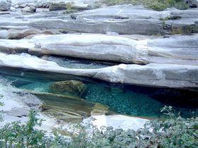 スイスの秘境!アルプスの雪解け水が流れるヴェルザスカ渓谷