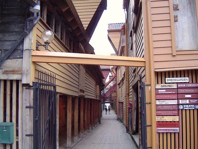 木造建築群の倉庫を覗いてみる