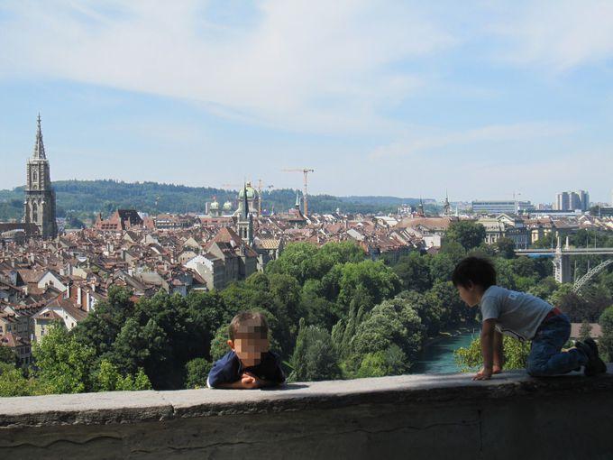 赤い瓦の屋根が印象的な旧市街を一望の絶景を楽しむ!