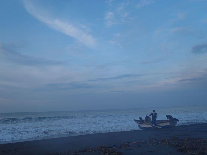 小船に揺られ魚釣り!グアテマラの広大な大洋で幸せ体験