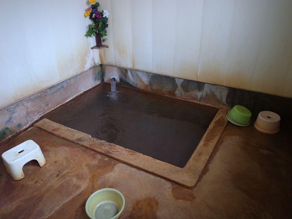 玉梨温泉共同浴場のお風呂は男女別の小さな内湯のみ