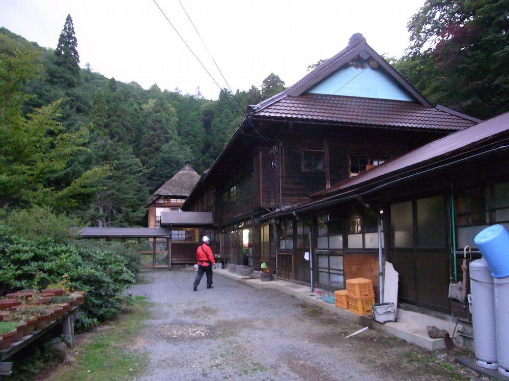 秘湯と呼ぶにふさわしい林道の奥の一軒宿「旅館二階堂」