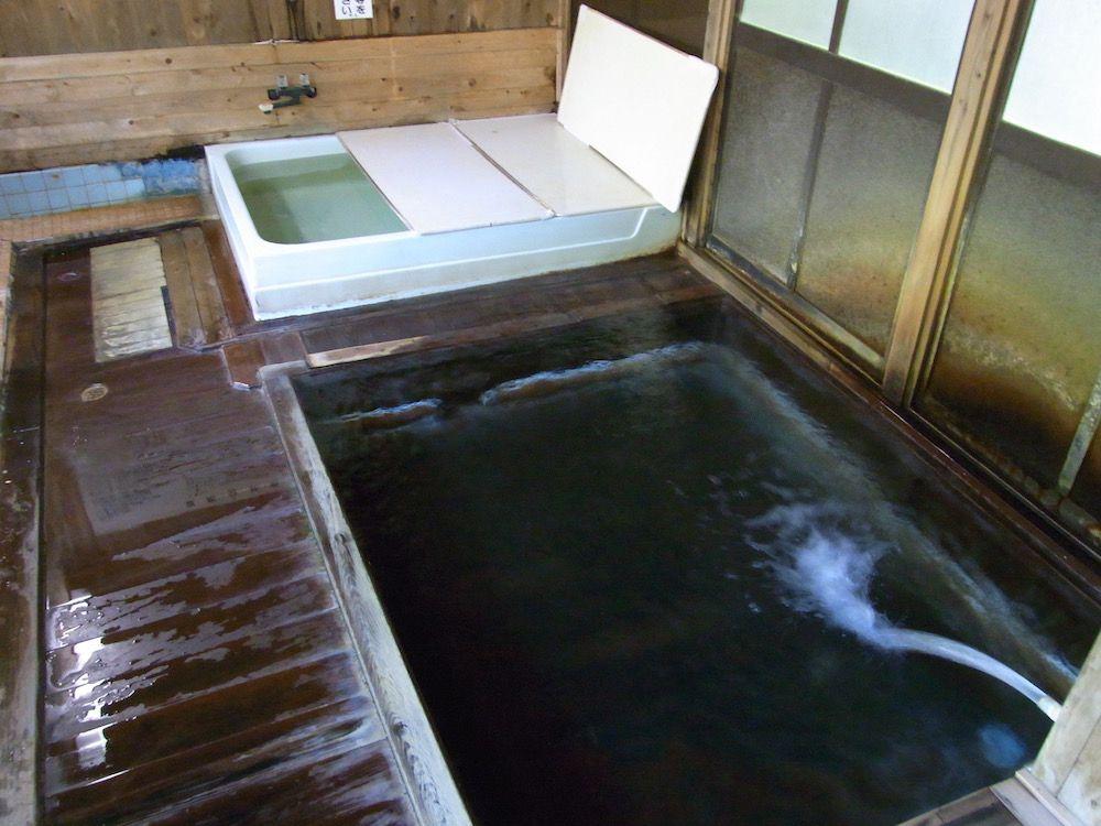 冷たすぎて凍える!微温湯温泉独自の入浴法とは?