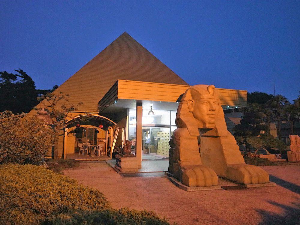 キャンプ場の脇に佇む謎のスフィンクス「ピラミッド元氣温泉」