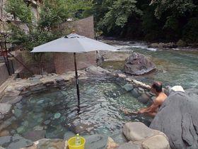 小さな民宿の裏には絶景露天風呂が!四万温泉「つばたや旅館」は庶民派秘湯宿|群馬県|トラベルjp<たびねす>