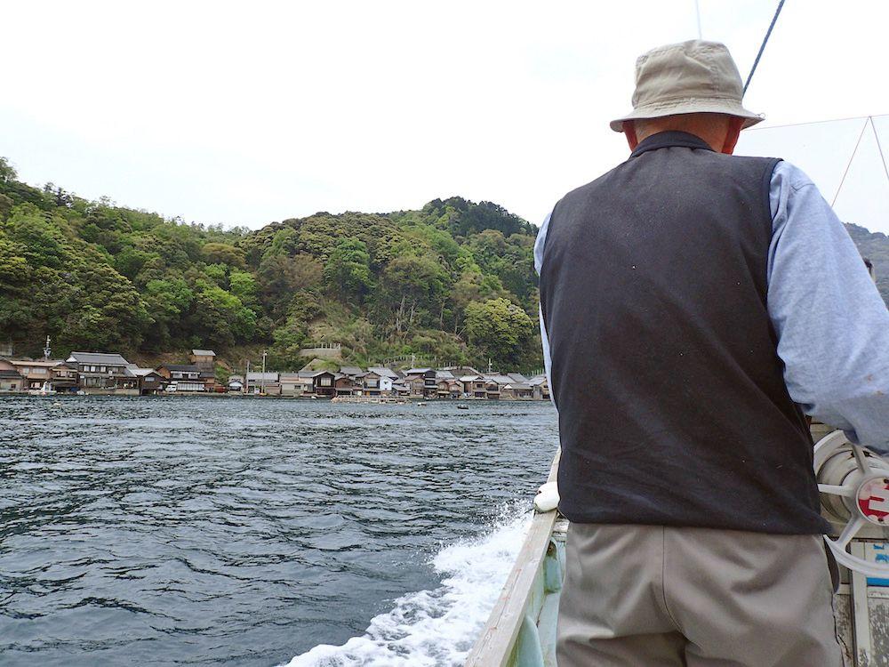 ベテラン船頭さんの解説が楽しい伊根湾巡り