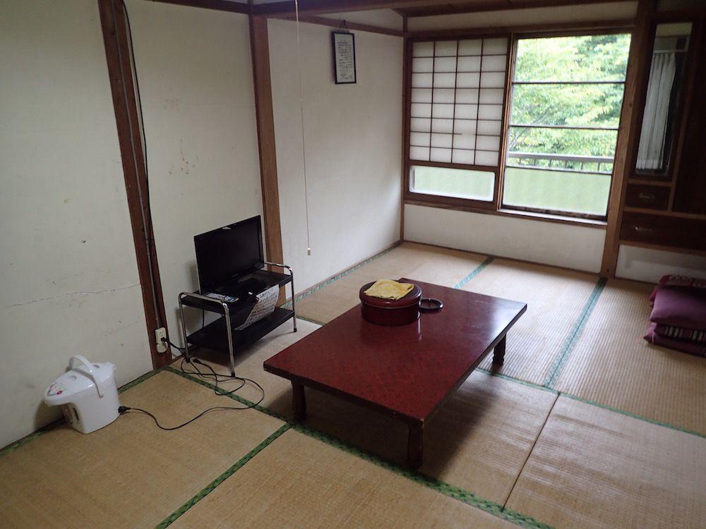 畳が波打っている客室は布団以外は有料レンタル