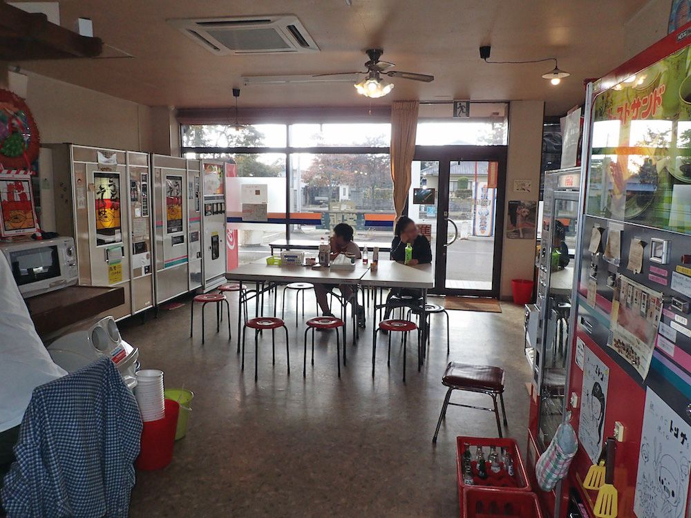 懐かしのフード自販機を集めたレストラン「自販機食堂」