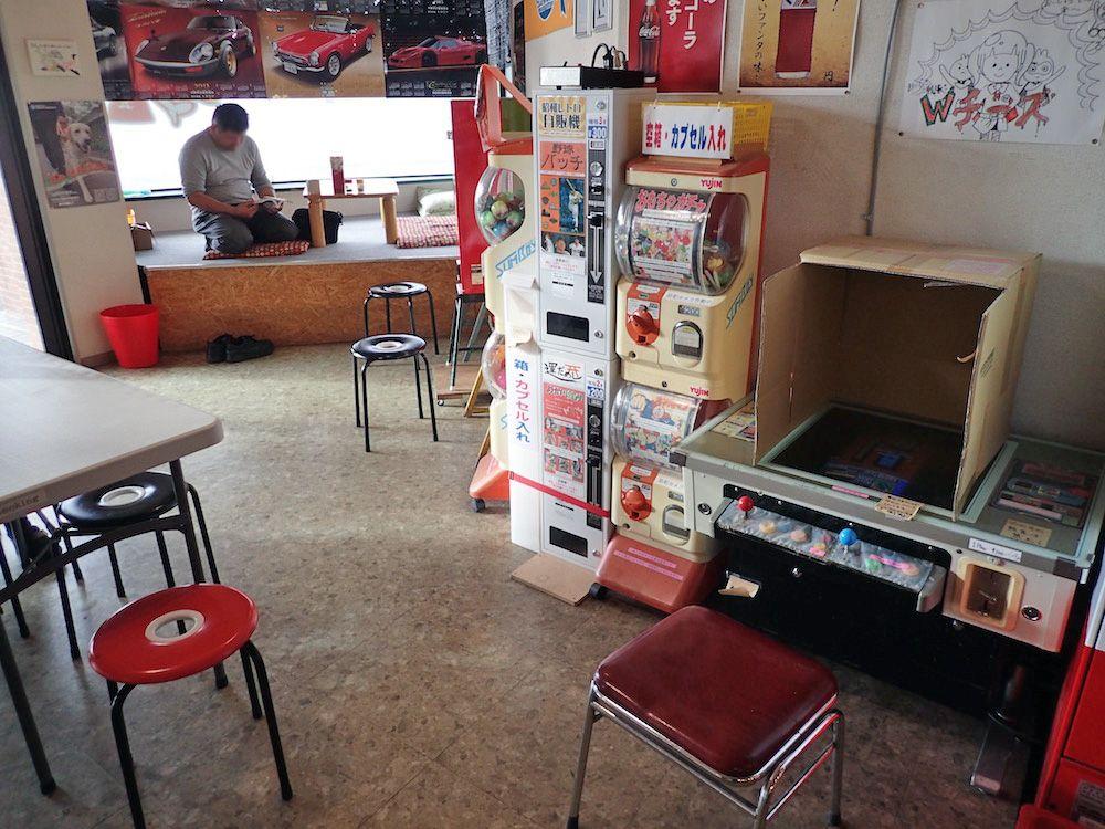 フード自販機の他にテーブル型ゲームや駄菓子屋ゲームも