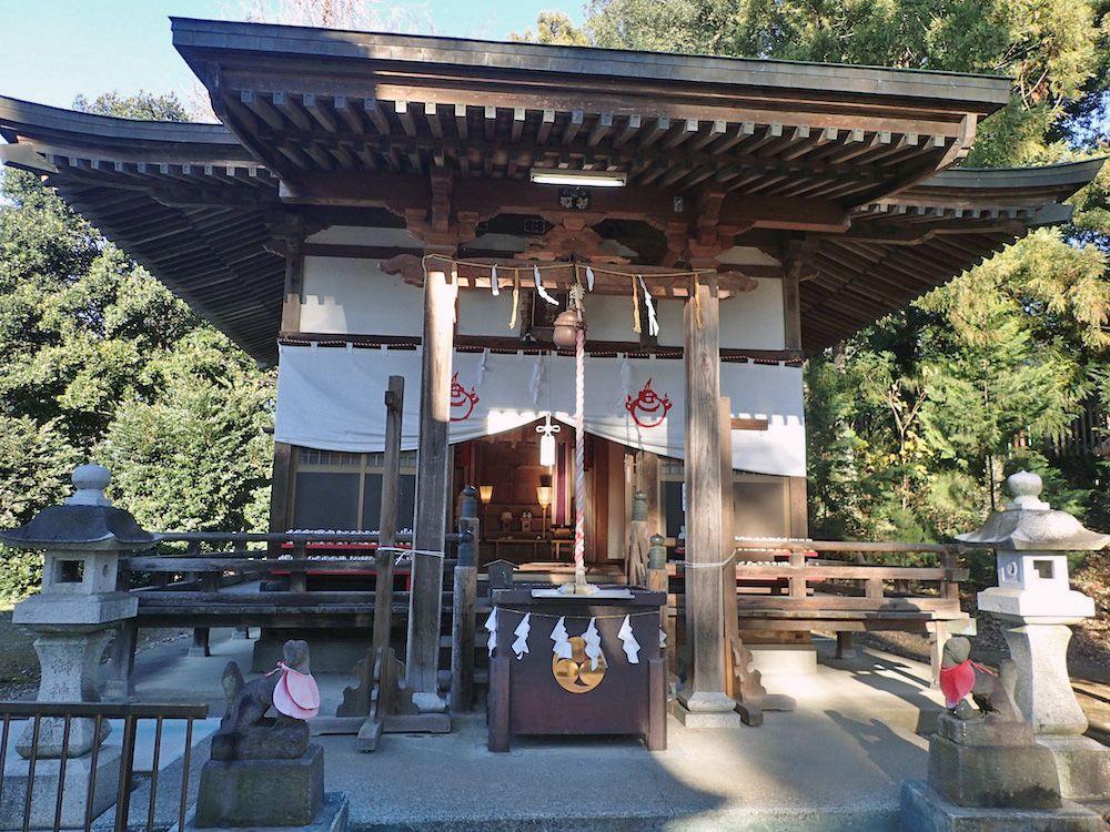 八幡宮の境内にある末社「門田稲荷神社」前には絵馬がいっぱい
