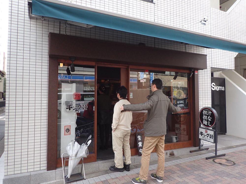目立たない小さなお店ながら、平日昼間は行列必至の大盛況