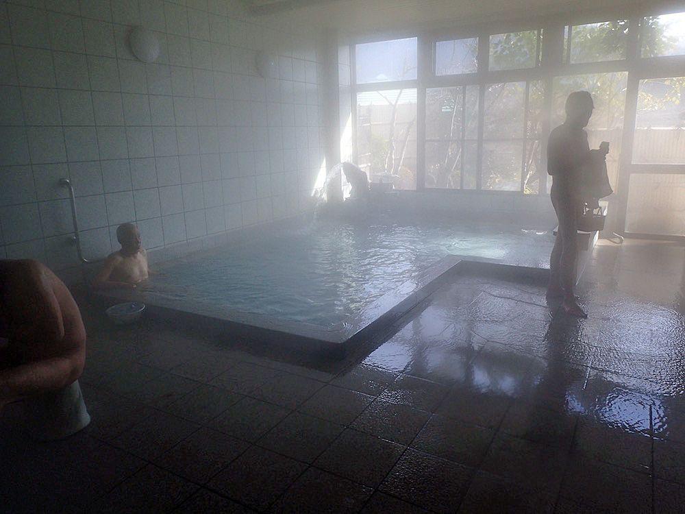 毎分500リットルで自噴する高アルカリ泉は絶妙なお湯加減