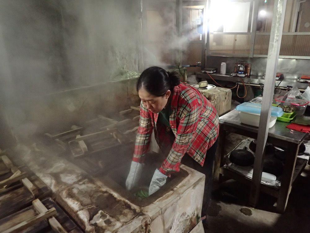 使い込まれた炊事場が激シブ!別府鉄輪の貸間「陽光荘」で地獄蒸し体験